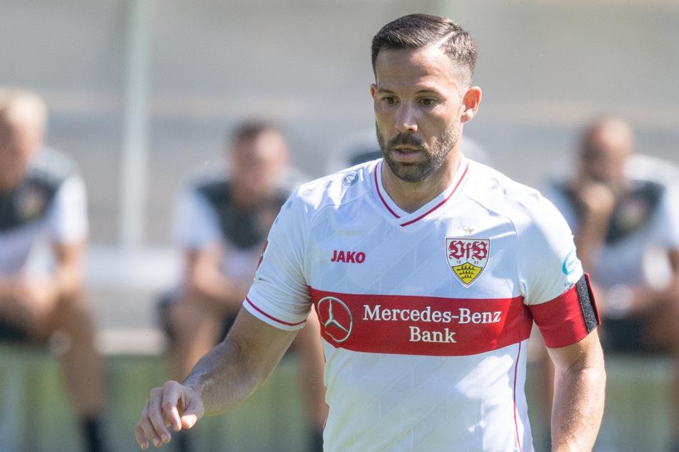 Stuttgarts Gonzalo Castro spielt einen Ball. Er meint die Rolle als Kapitän sei überschätzt.