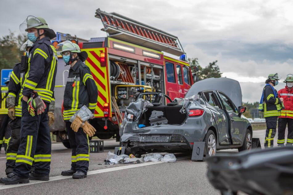 Ampel auf B8 springt auf rot: Lastwagen kracht in Kleinwagen