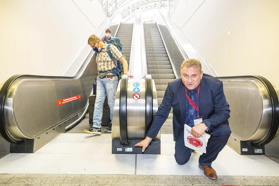Bahnhofsmanager Heiko Klaffenbach (54) zeigt, wo die UV-Geräte sitzen.