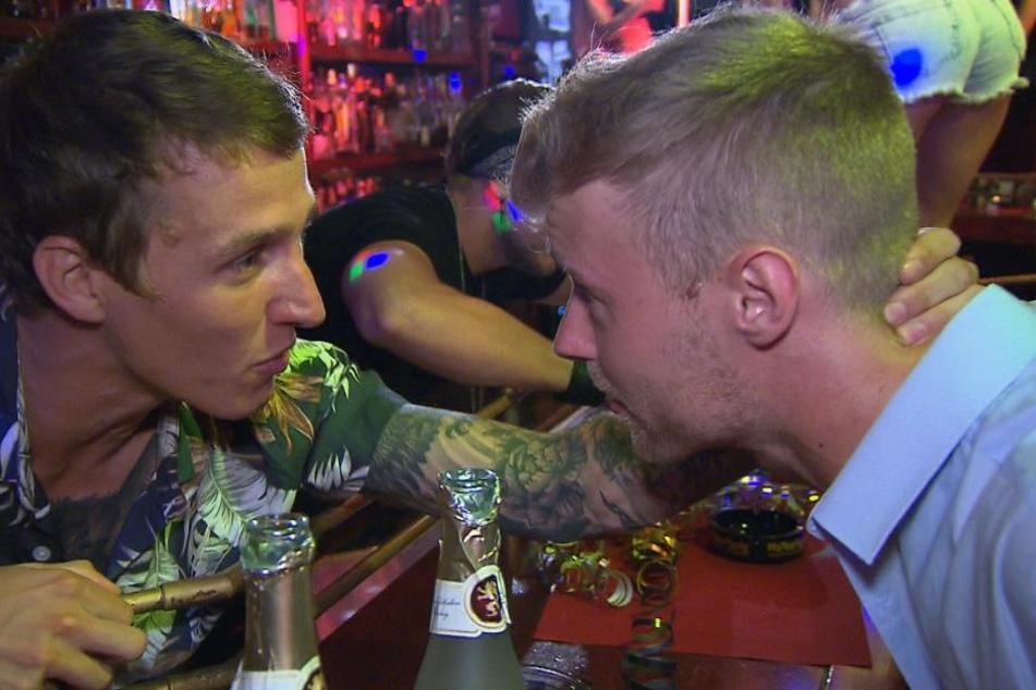 Dennis ist geschockt, als er mitbekommt, dass sein Bruder Rico (l.) in seiner Abwesenheit die gemeinsame GoGo-Bar verschuldet hat.