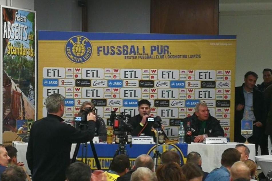 Völlig durchnässt saß Chemie-Trainer Dietmar Demuth (re.) in der anschließenden Pressekonferenz.