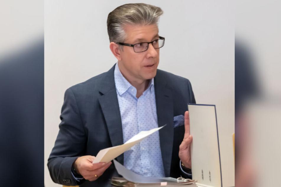 Bürgermeister Ralph Burghart (48, CDU) will den Stadtrat davon überzeugen, dass die Erhaltung des Freibades Erfenschlag zu teuer ist.