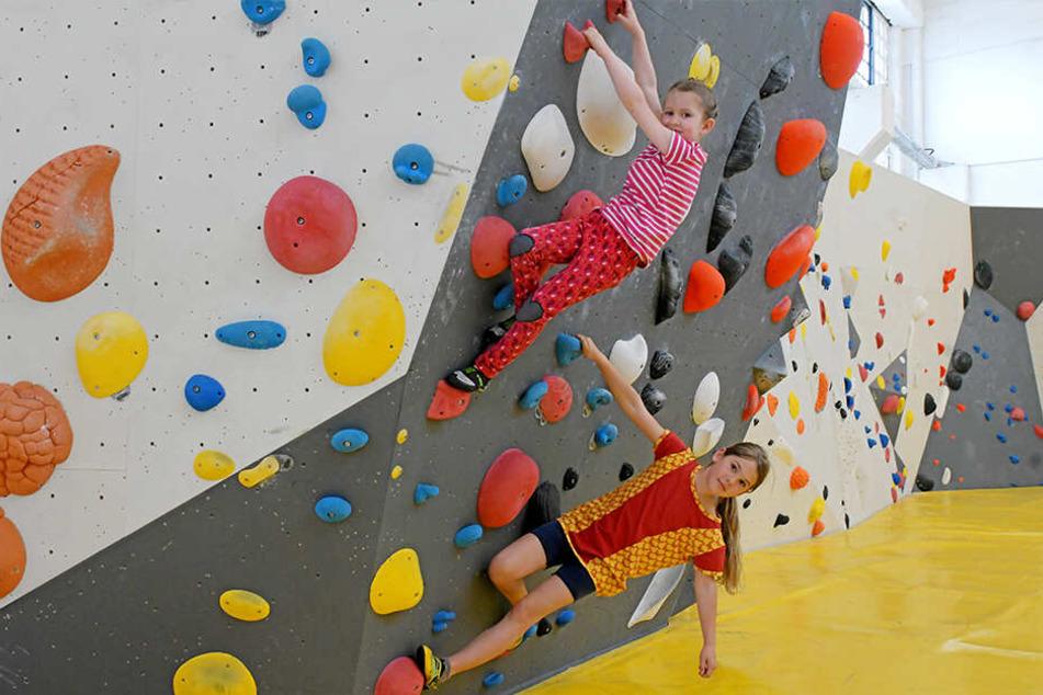 """Julia (6, oben) und Ronja (8) """"bouldern""""."""