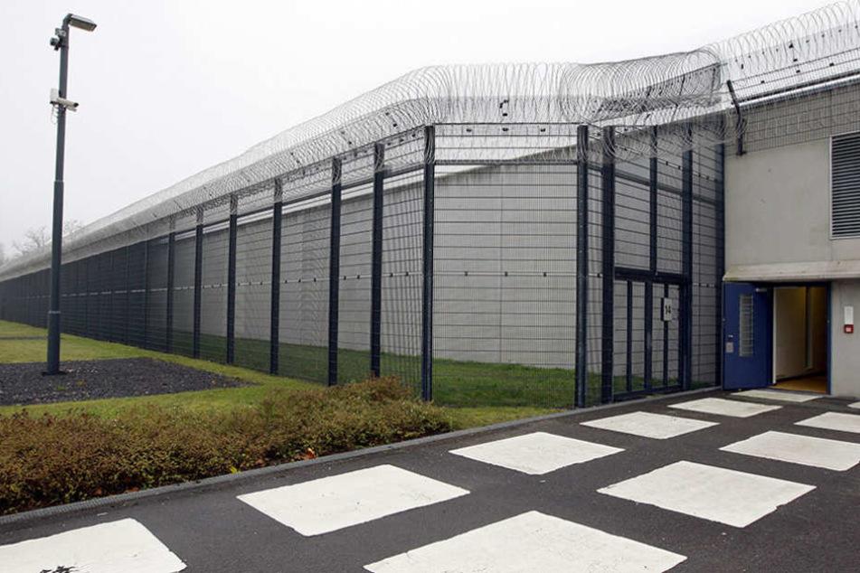 Blick auf den Sicherungszaun und die Außenmauer der Justizvollzugsanstalt (JVA) in Neuruppin-Wulkow (Brandenburg).