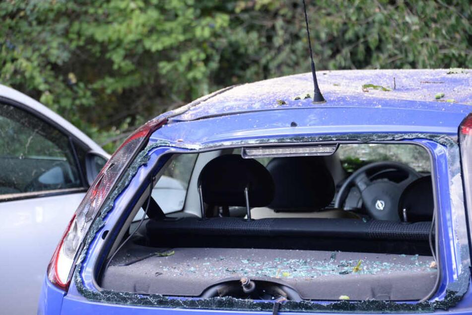 Bei dem blauen Opel wurde die Heckscheibe komplett zerstört.