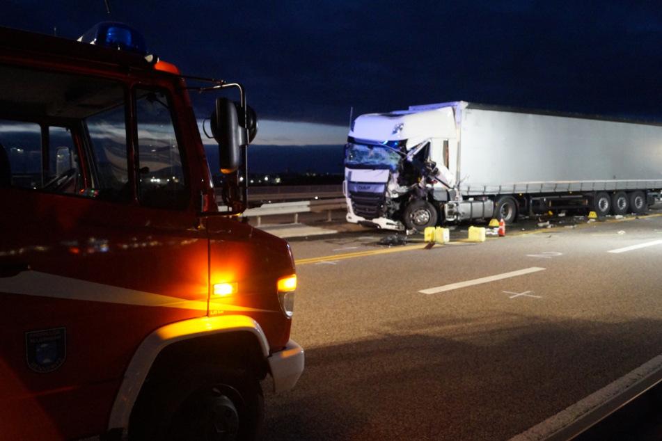 Der Fahrer des Sattelschleppers wurde schwer verletzt.