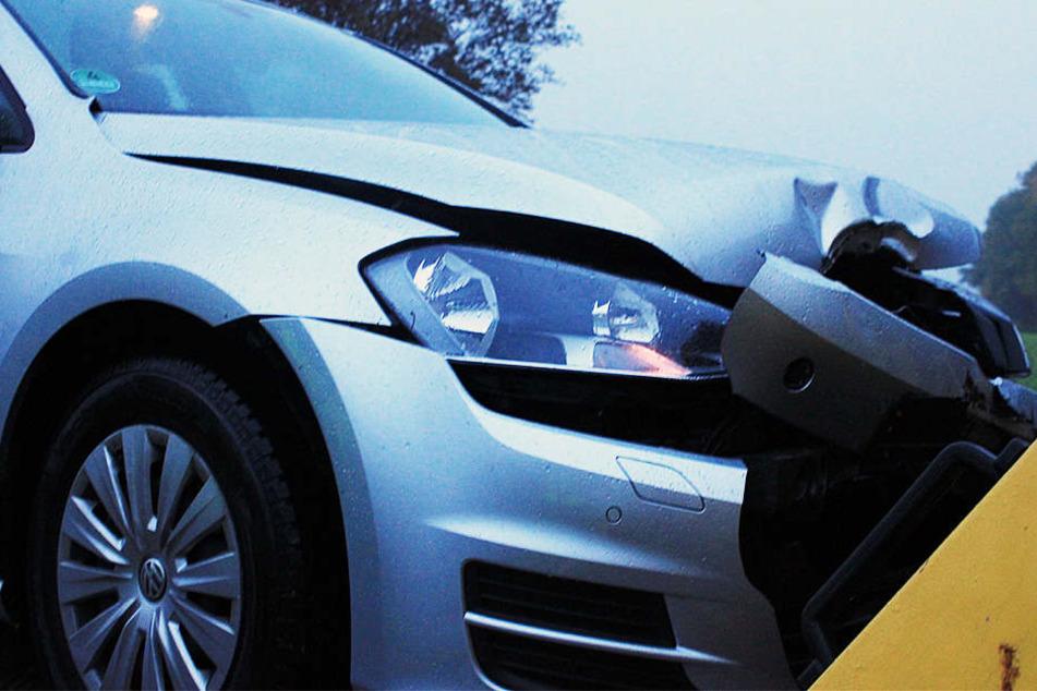 Durch den Aufprall des Reifens entstand an dem VW Golf ein erheblicher Schaden.