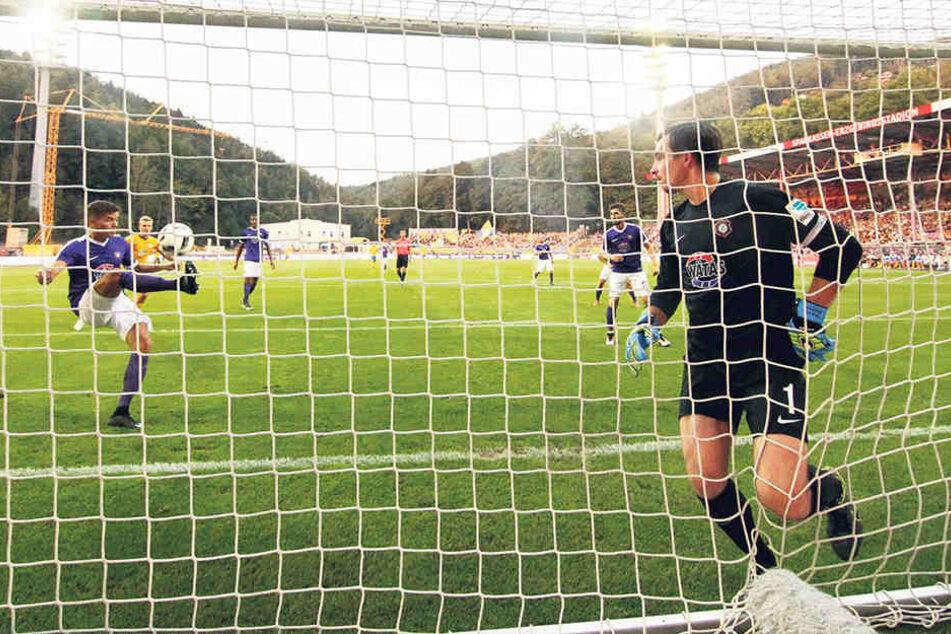 Julian Riedel als Retter: In dieser Szene schlägt der Youngster den Ball für seinen schon geschlagenen Keeper Martin Männel von der Linie.