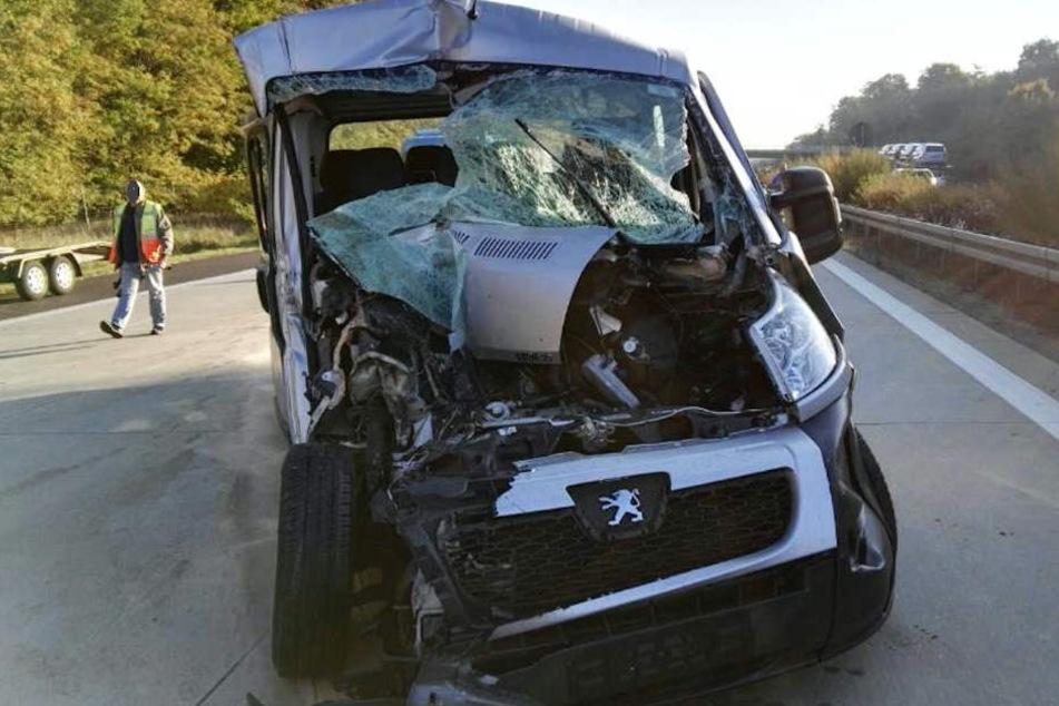 Das Auto wurde bei dem Unfall stark beschädigt.