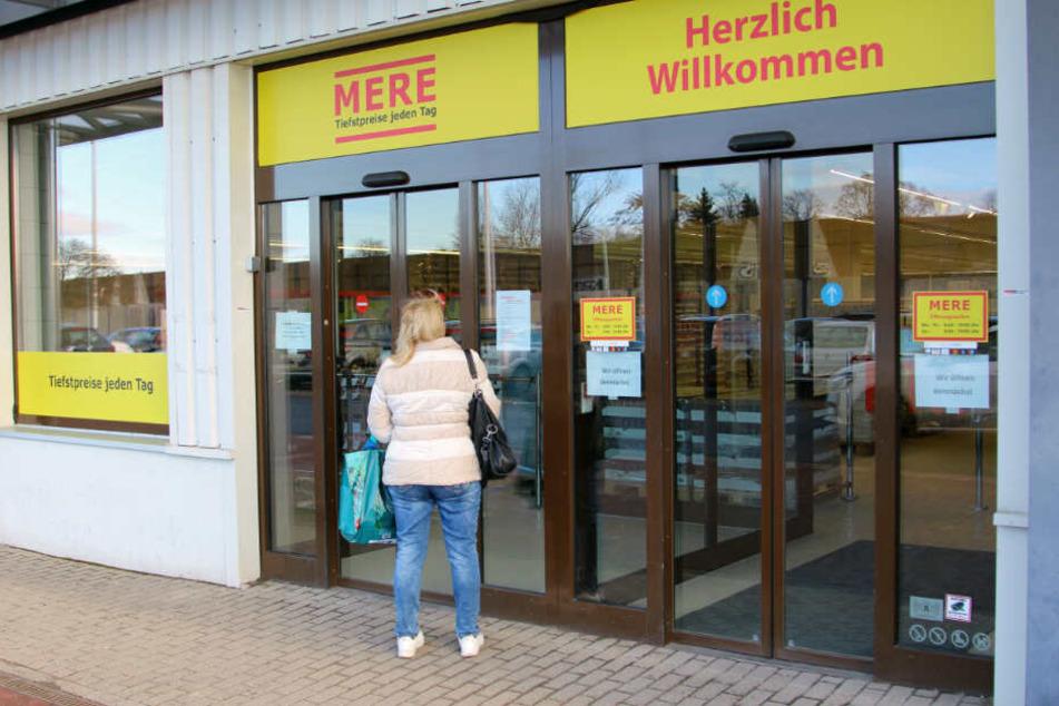 """Einige Leipziger kamen gestern schon zum Gucken. Heute eröffnet der Russen-Discounter """"Mere""""."""