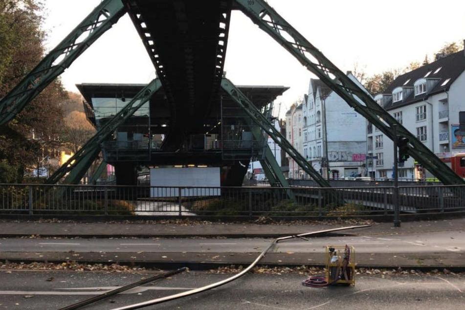 Eine herabgefallene Stromschiene liegt unter dem Gleis der Wuppertaler Schwebebahn.