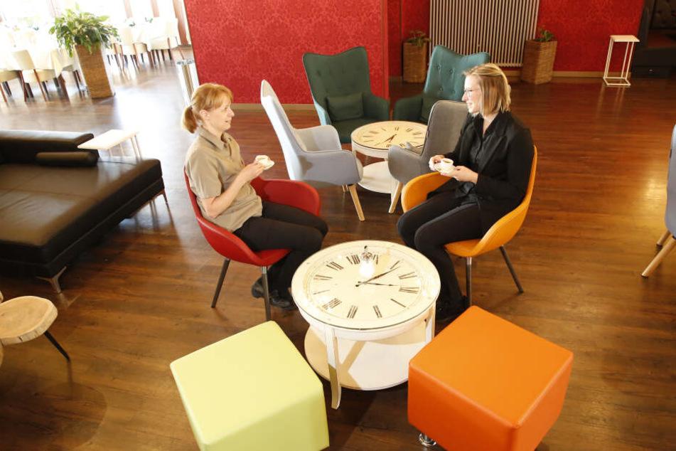 """Doreen (34, l.) und Birgit (48) trinken im neuen """"Wohnzimmer""""-Bereich einen Espresso."""