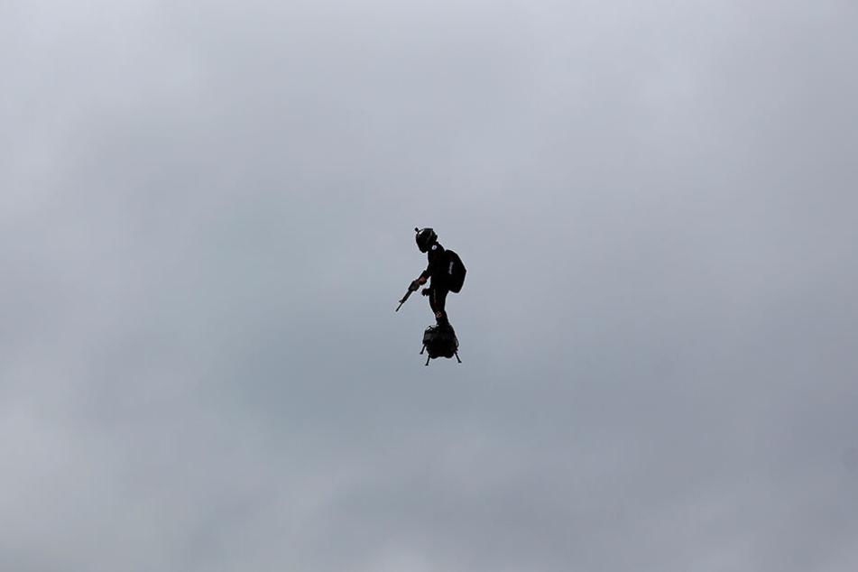 Franky Zapata, Jetski-Rennfahrer aus Frankreich und Erfinder des Flyboards, fliegt mittels Flyboard bei der Militärparade zur Feier des französischen Nationalfeiertags.