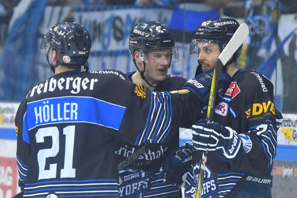 Alexander Höller, Arturs Kruminsch und Teemu Rinkinen freuen sich über den dritten Sieg in den Play-Offs.