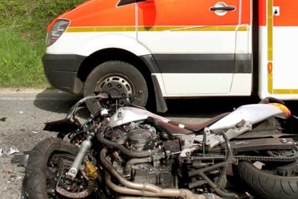 Der Motorradfahrer starb an der Unfallstelle. (Symbolbild)