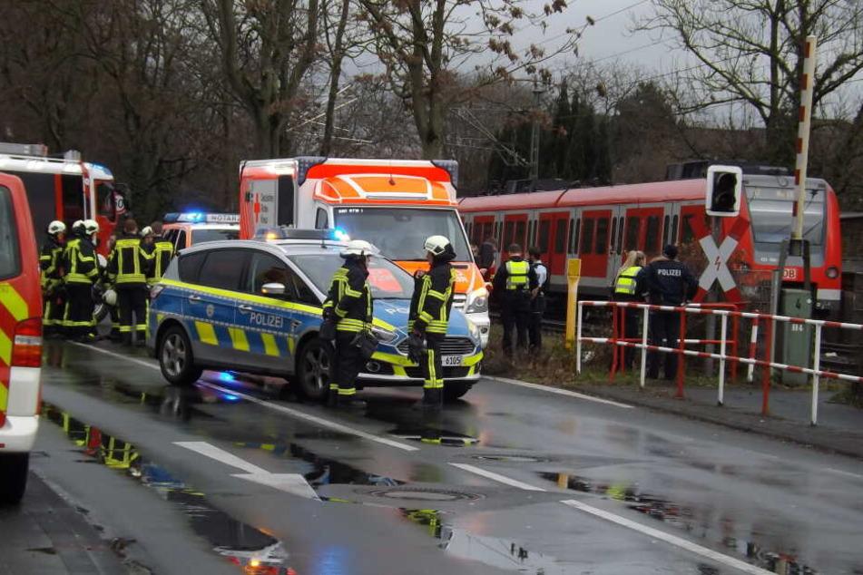 Frau wird auf Bahnübergang von Zug erfasst und stirbt