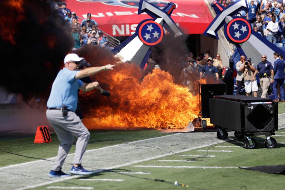 Pyrotechnik hat sich entzündet und ein Feuer auf dem Spielfeld verursacht.