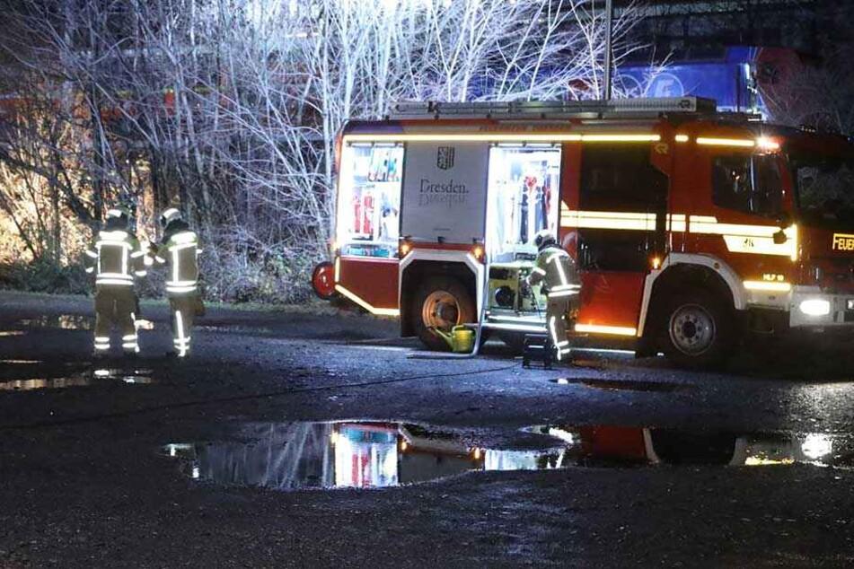 Die Feuerwehr rückte an, um den Brand in der Lok (hinten) zu löschen.