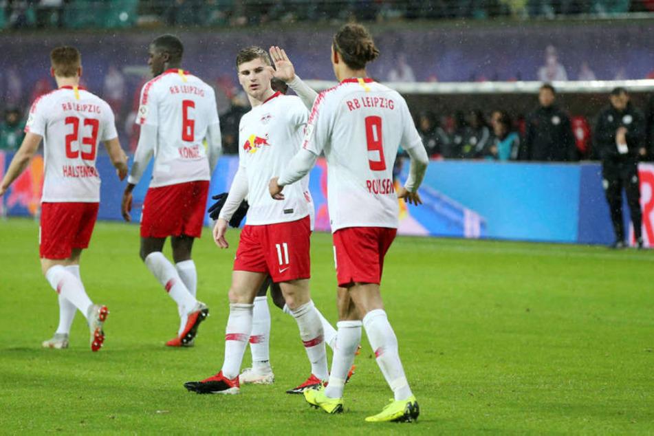 Danke für die Vorlage, Kumpel! Doppeltorschütze Timo Werner (2.v.r.) klatscht nach seinem 2:0 mit Yussuf Poulsen (r.) ab.