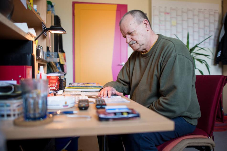 Der 64-jährige Häftling Siegfried L. sitzt in seiner Zelle der Abteilung für lebensältere Inhaftierte in der JVA Bielefeld-Senne und liest in einer Zeitschrift.