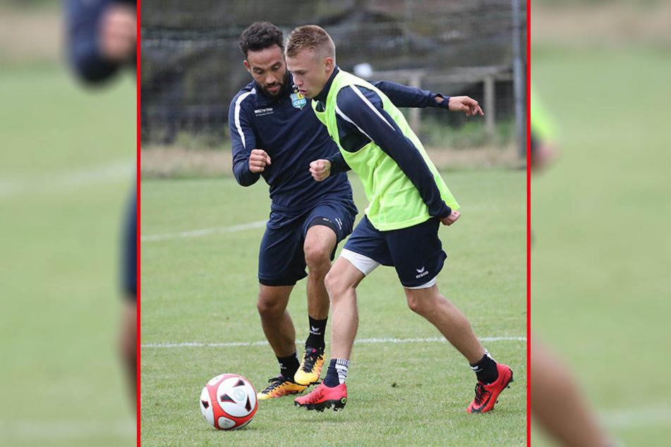Im ersten Training am Sonntagnachmittag ging es gleich zur Sache: Fabian Müller (l.) duellierte sich mit Jakob Gesien.