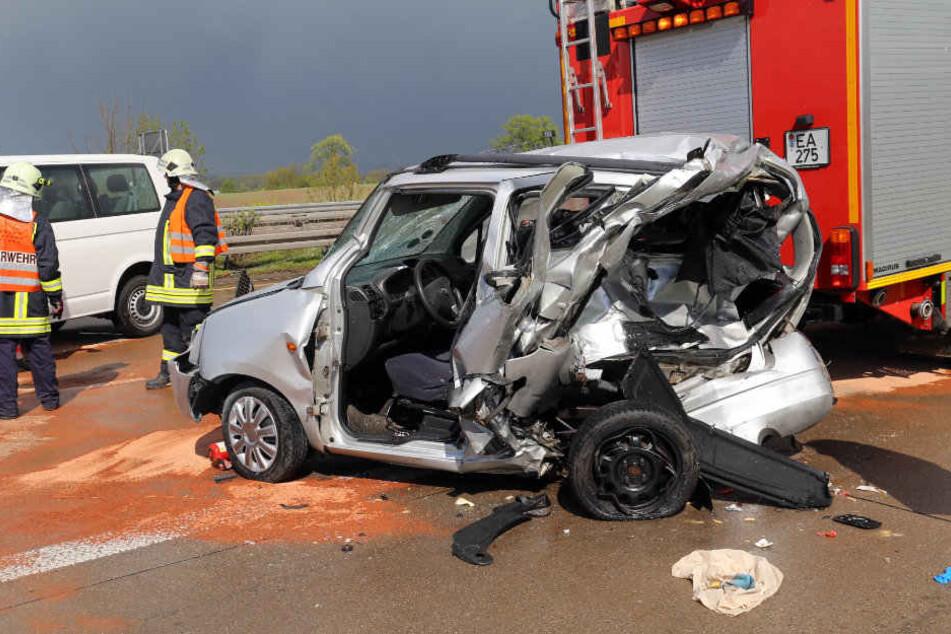 Der Kleinwagen der 65-Jährigen wurde regelrecht zerquetscht.