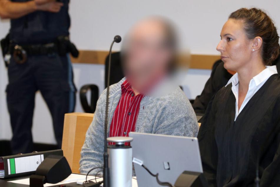 Der Angeklagter (M) sitzt neben seiner Anwältin Martina Sulzberger (r) in einen Gerichtssaal des Strafjustizzentrums in Augsburg.