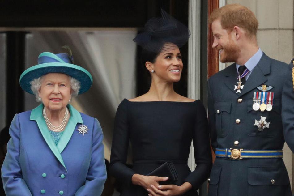 v.li.: Königin Elizabeth II., Meghan, Herzogin von Sussex, und Prinz Harry stehen im Juli 2018 auf dem Balkon des Buckingham-Palastes in London.