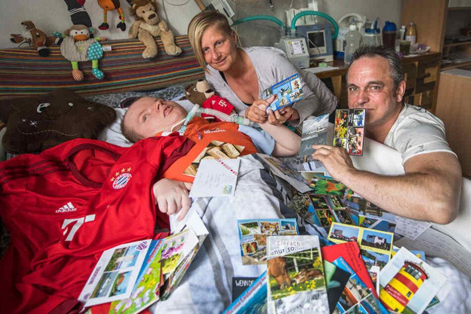 Der 21-jährige Marvin mit seiner Mutter Annika Treder und Pfleger Dirk Weibel.