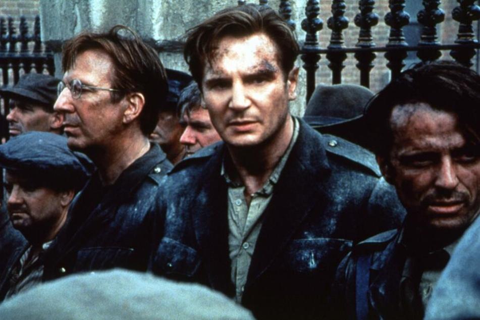 """Alan Rickman (links) und Liam Neeson (Mitte) im Film """"Michael Collins""""."""