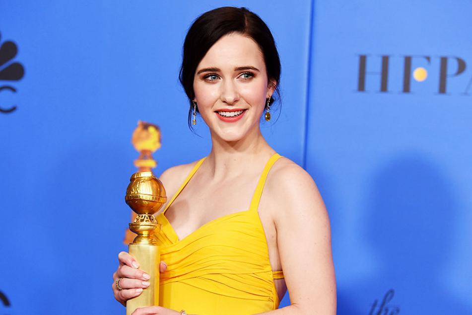 """Rachel Brosnahan gewann einen Golden Globe Award als beste Serien-Hauptdarstellerin – Komödie/Musical für ihre Leistung als Miriam """"Midge"""" Maisel in """"The Marvelous Mrs. Maisel""""."""