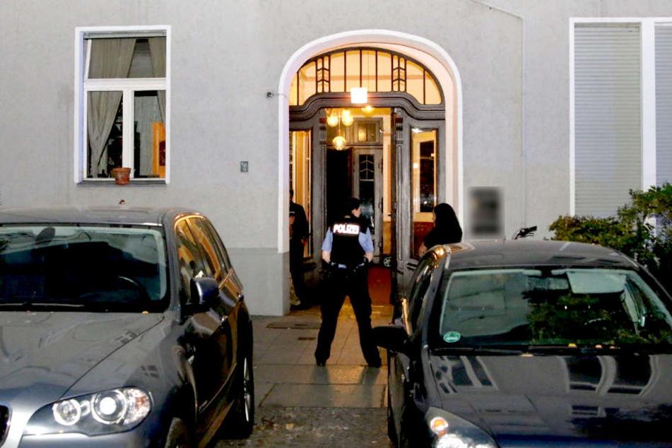 Die Polizei hat eine männliche Leiche in einer Wohnung in Berlin-Charlottenburg entdeckt.