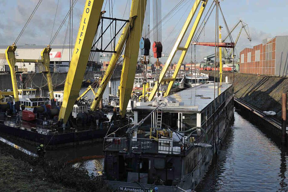 Das geborgene Schiff im Hafen in Köln-Niehl.