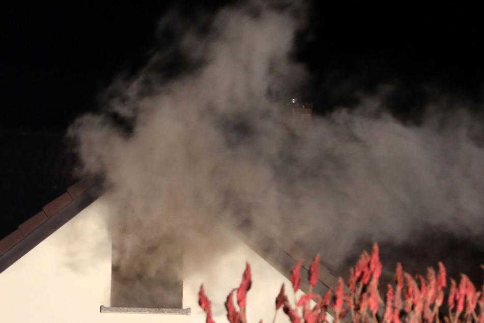 Dichte Rauchwolken kommen aus dem Dachgeschoss.