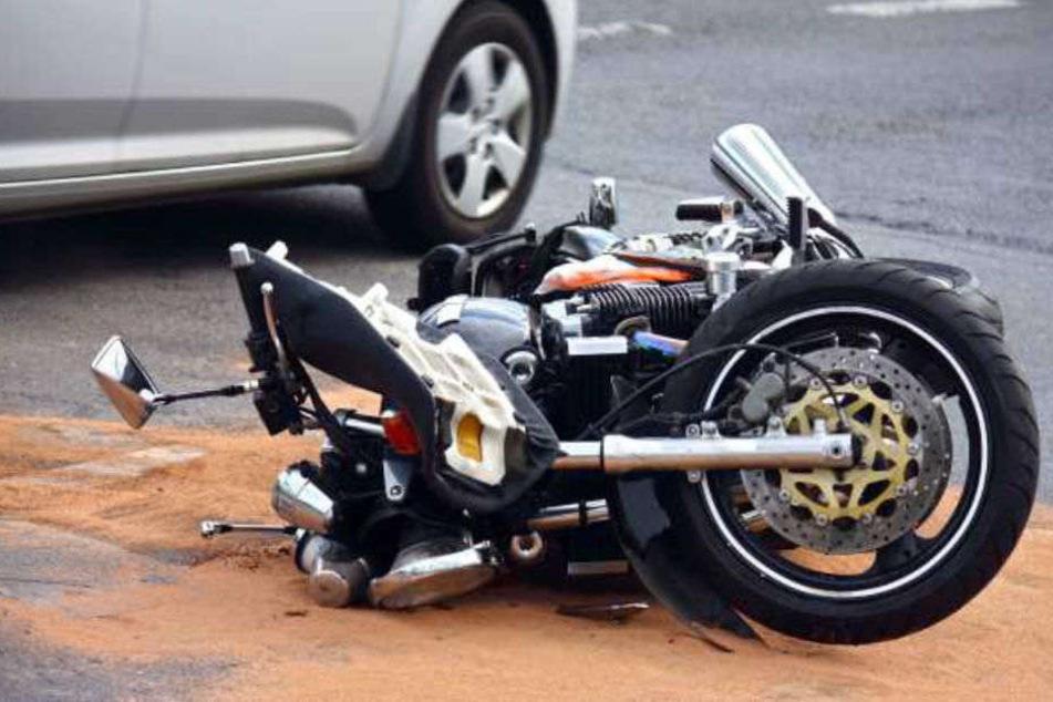 Ein Motorradfahrer ist nach einem Unfall bei Lindow gestorben. (Symbolbild)