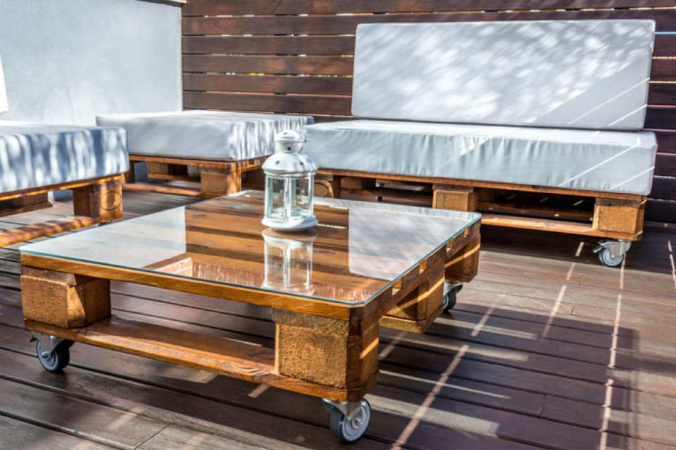 Balkonmöbel lassen sich auch ganz einfach aus Holzpaletten oder Weinkisten bauen.