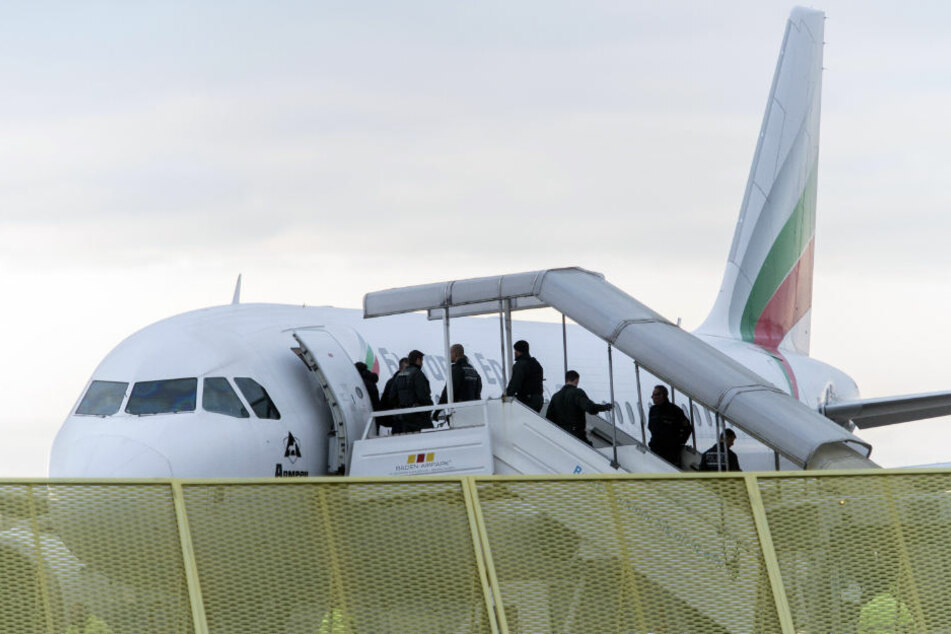 Abschiebeflug nach Afghanistan: Zwei Straftäter an Bord