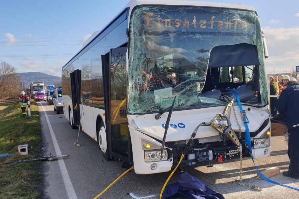 Bus knallt in Lkw: Rettungshubschrauber im Einsatz