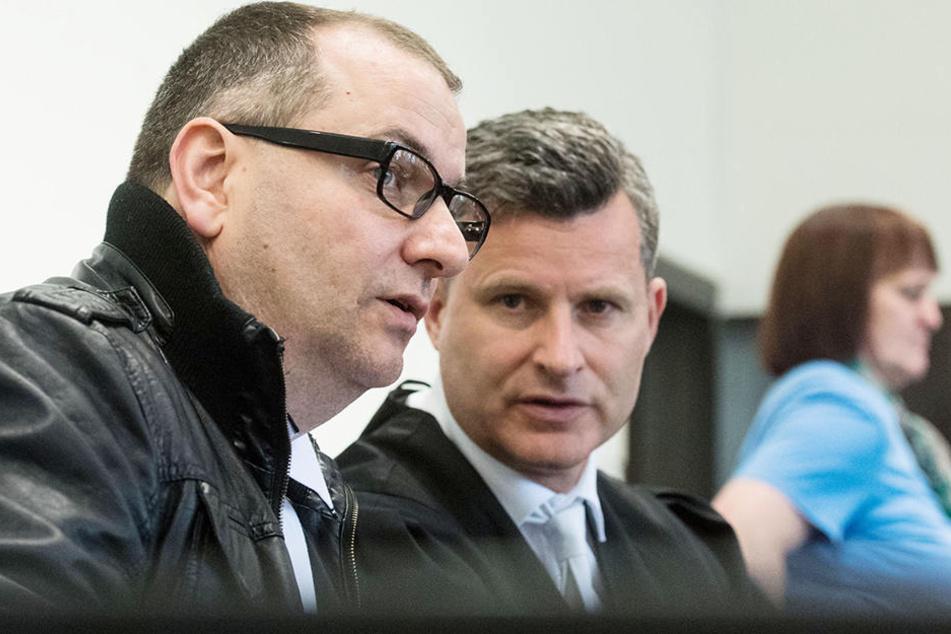 Wilfried W. (l., 47) und Angelika W. (r., 48) sind wegen Mordes durch Unterlassen angeklagt.
