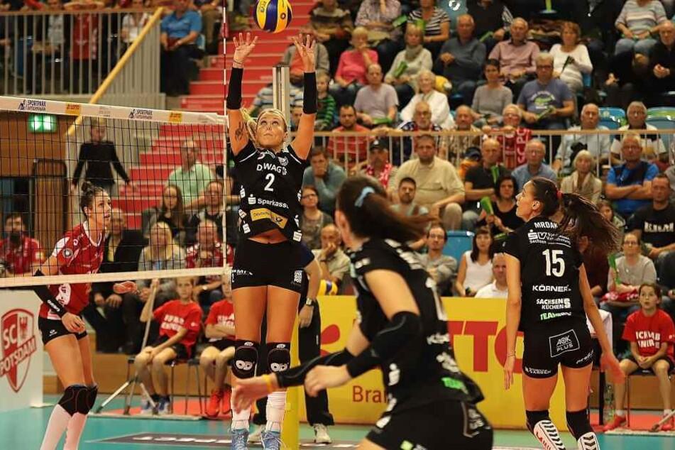 Zum Saisonauftakt verlor der DSC 2:3 in Potsdam. Hier streckt sich Mareen Apiz beim Zuspiel. Mittelblockerin Ivana Mrdak (15) ist derzeit verletzt.