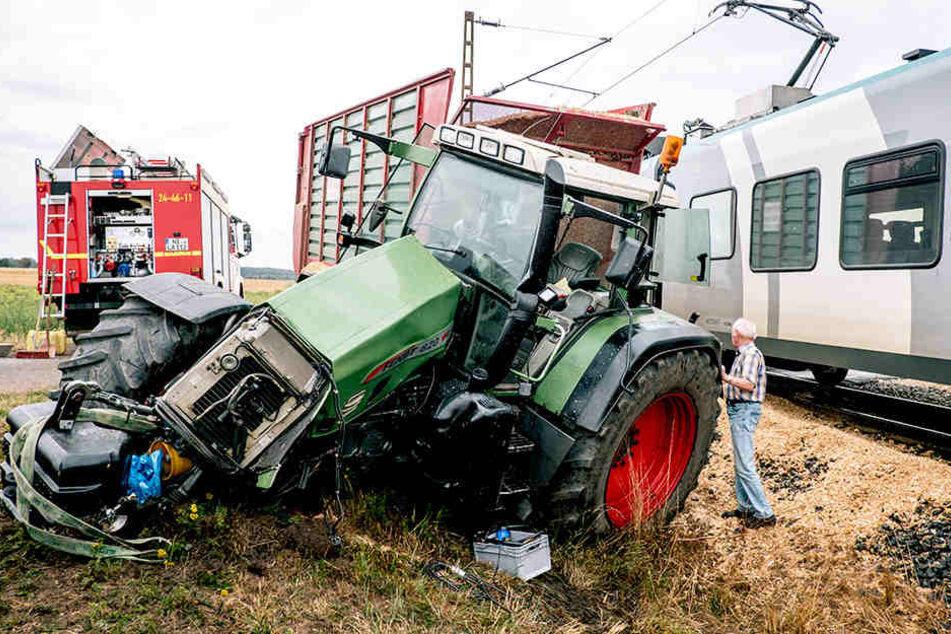 Unfall am Bahnübergang: Traktorfahrer und Lokführer verletzt