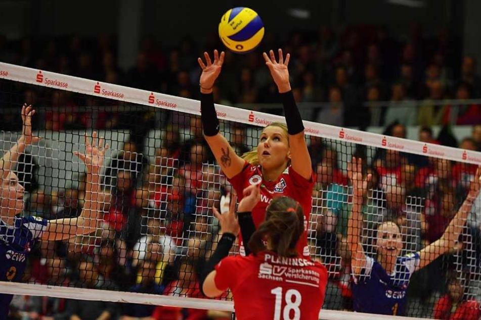 Mareen Apitz ist in Top-Form. Voll konzentriert bis in die Fingerspitzen spielt sie hier im dritten Viertelfinal-Duell gegen Potsdam den Ball zu.
