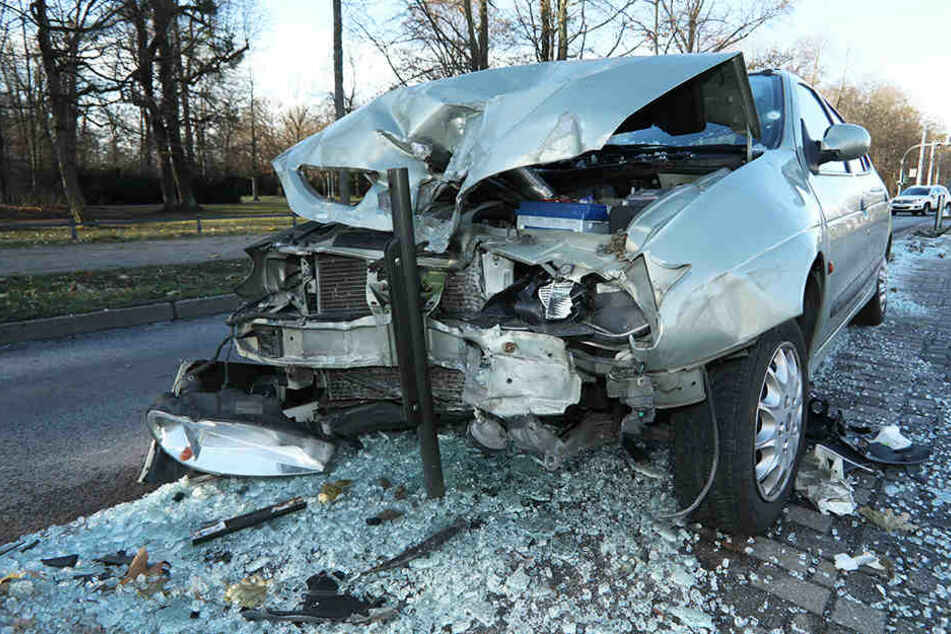 Metallrohr bohrt sich ins Auto! Mann knallt mit Wagen auf Stübelallee in Haltestelle
