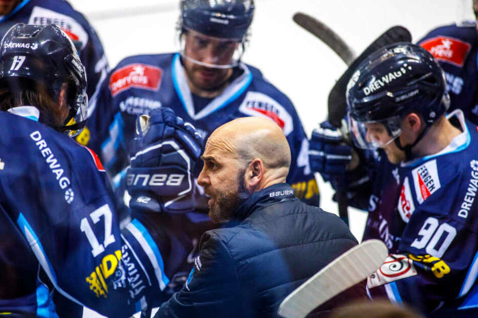 Eislöwen-Coach Rico Rossi spricht derzeit viel mit seinen Spieler und lässt die Zügel auch etwas locker. Danken sie es ihm mit zwei Siegen gegen Freiburg?