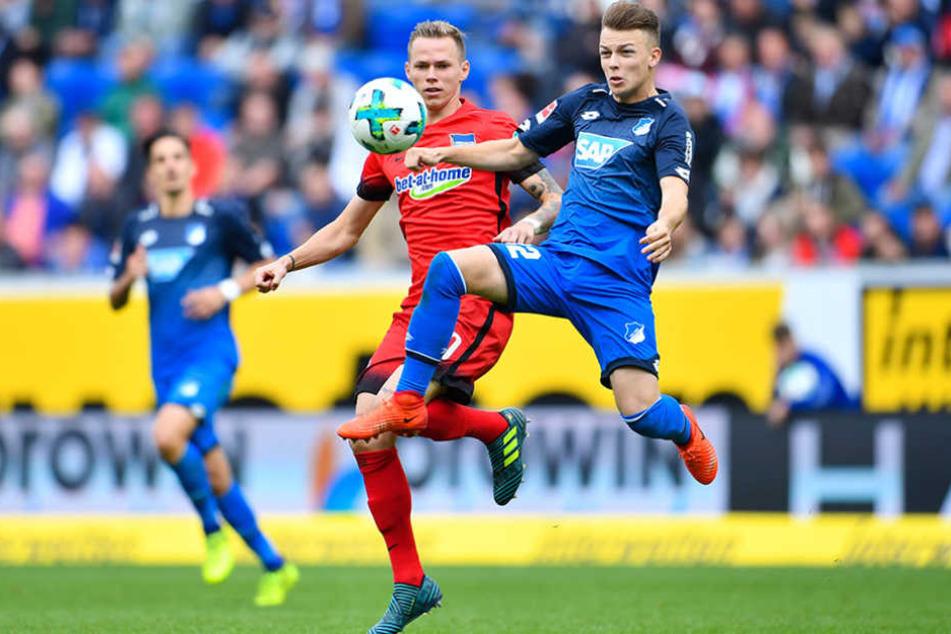 Hoffenheims Dennis Geiger (r) und Berlins Ondrej Duda kämpfen um den Ball.