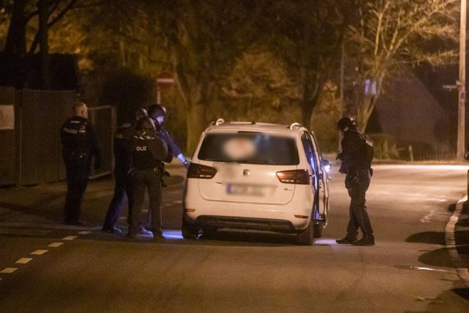 Ein Fahrzeug wird angehalten und kontrolliert. Laut Polizei dürfte es sich bei dem Fahrer um den Ehemann der Anruferin handeln. Festgenommen wurde er jedoch nicht.