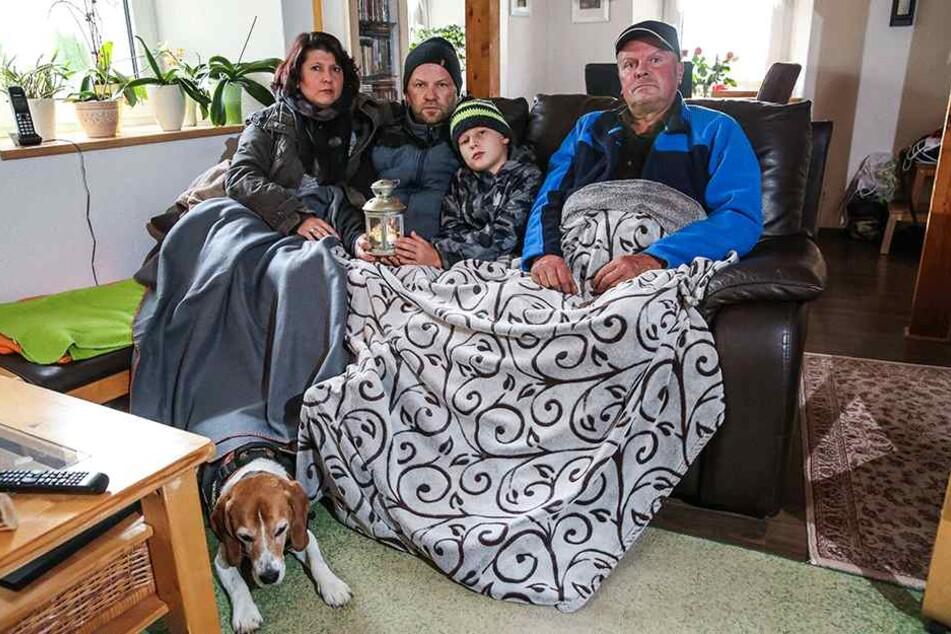 Sie mussten 32 Stunden ohne Strom  ausharren, behalfen sich schließlich mit einem Notaggregat: Beatrix Lange (38)  mit Ehemann Andreas (48) und Sohn Valentino (10), rechts Nachbar Frank  Anderssohn (62).