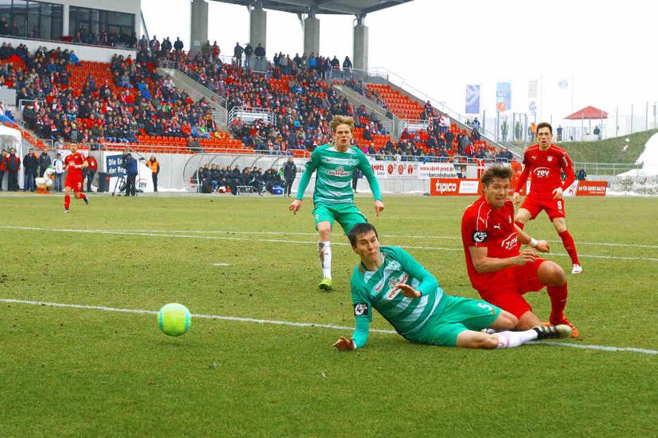 Ronny König setzt sich gegen einen Bremer Verteidiger durch und trifft zum 1:0.