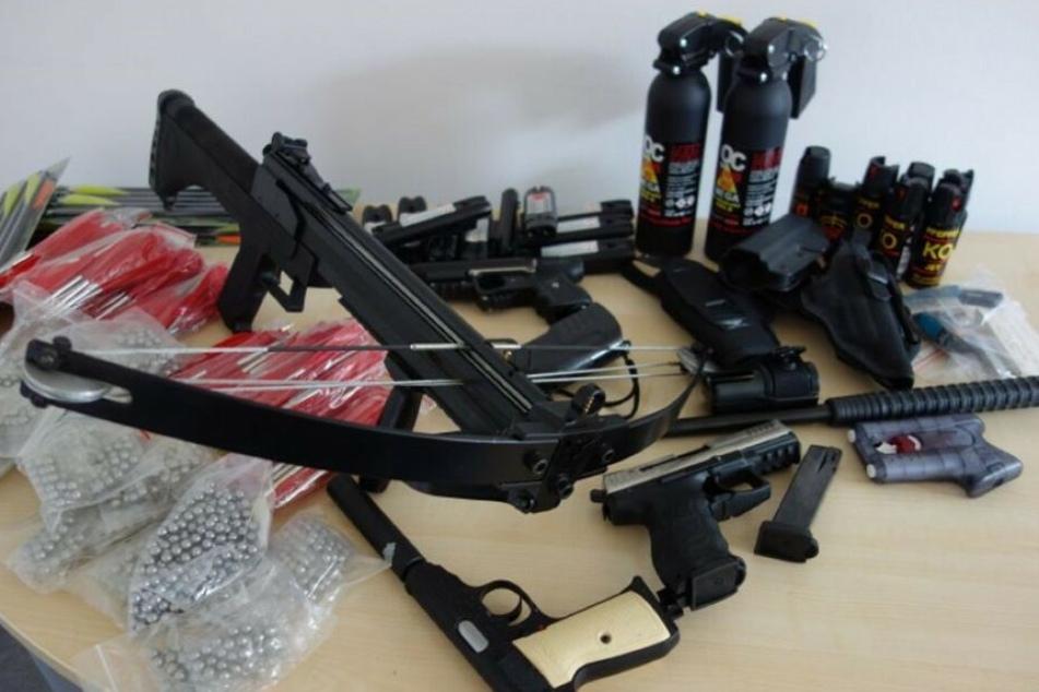 Diese Waffen wurden bei der Durchsuchung der Wohnung in Brunnthal gefunden.