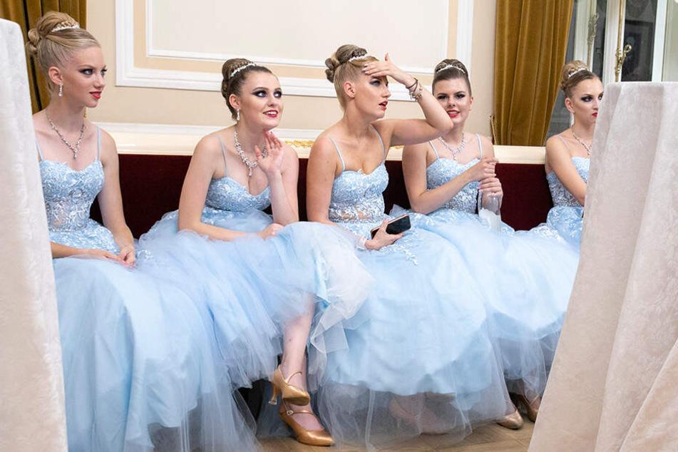 Die Anspannung ist gelöst. Die Dresdner Debütantinnen sind erleichtert, dass die Choreografie ohne große Patzer über die Bühne gegangen ist.